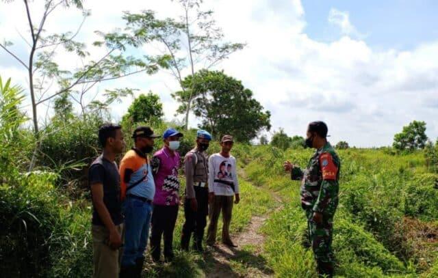 Babinsa Koramil 1015-06/Mentaya Hilir bersama Babinkantibmas Pulau Hanaut dan anggota Kecamatan.